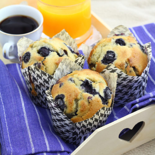 Get this easy recipe of blueberry muffins, perfect for breakfast of snack!   www.foxyfolksy.com