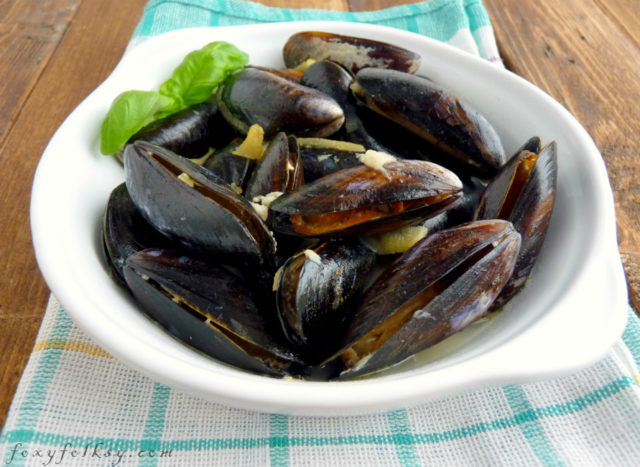 Looking for a recipe for mussels, then look no further! Not only is this recipe of mussels in white wine easy, it's also delicious and restaurant-worthy.| www.foxyfolksy.com