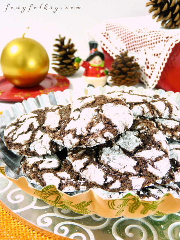 Try this easy recipe for soft and fudgy chocolate crinkle cookies covered in confectioners sugar, making a crinkled outer layer as they bake. So easy and yummy. | www.foxyfolksy.com