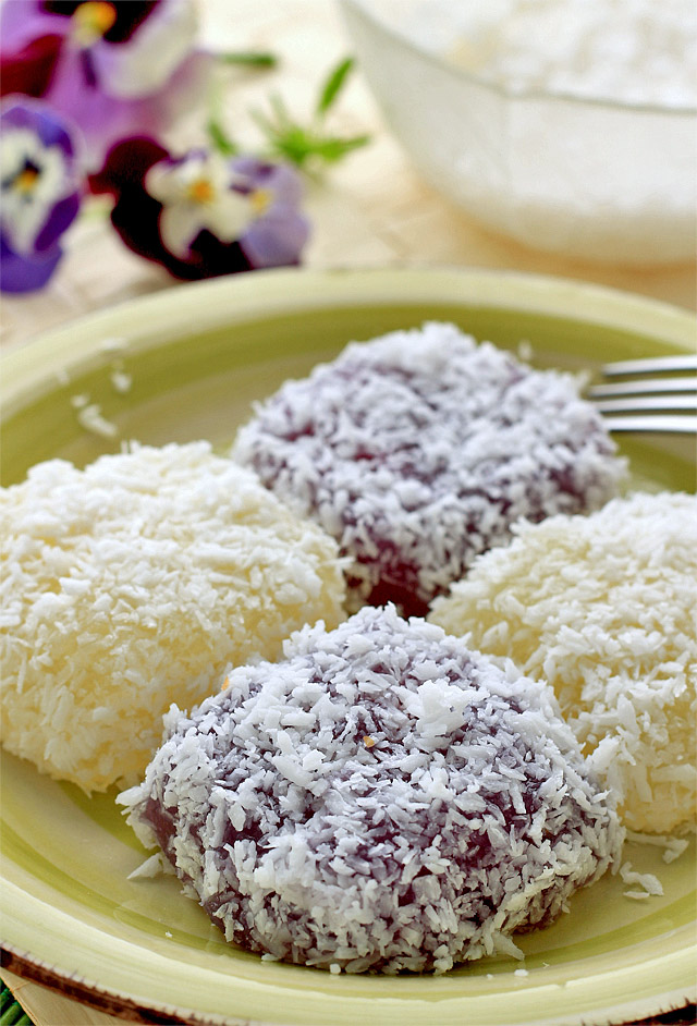 Pichi pichi is a Filipino dessert made basically from cassava, water and sugar. It is steamed and becomes glutinous and then coated with grated coconut. | www.foxyfolksy.com