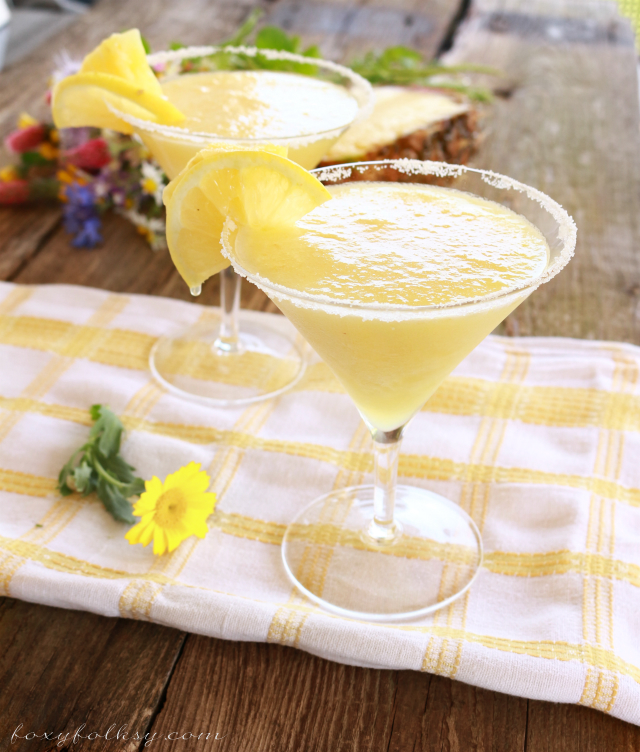 Cool down and refresh this hot summer with this easy to make frozen pineapple margarita! | www.foxyfolksy.com