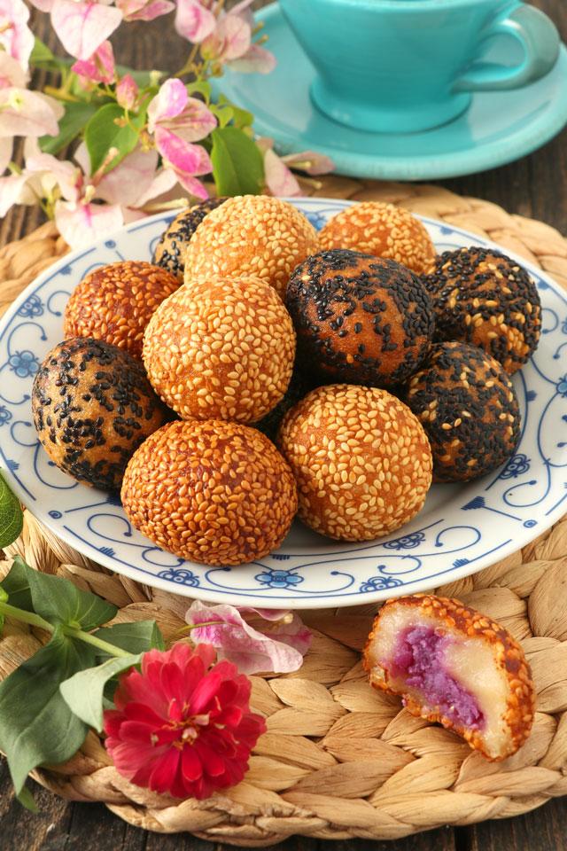 Freshly fried buchi or sesame balls