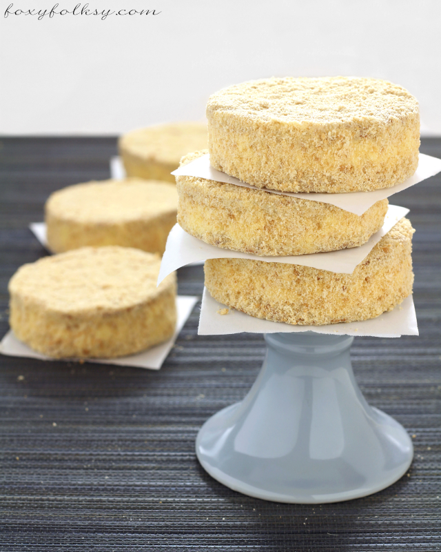 Sylvanas/Silvanas is a cookie sandwich made of cashew-meringue filled with buttercream and dusted with biscuit crumbs.This recipe needs only 6 ingredients. | www.foxyfolksy.com