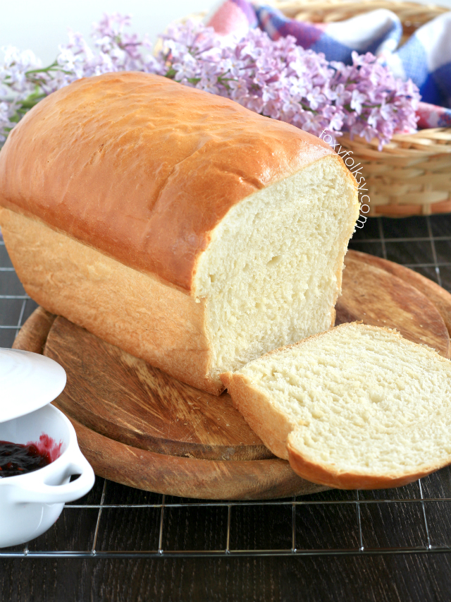 Try this white bread recipe and learn the secret to have the softest and most pillowy homemade white bread you can ever make without using commercial or synthetic bread softener. | www.foxyfolksy.com