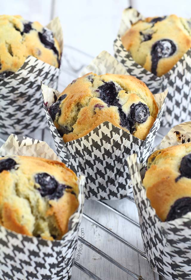 Get this easy recipe of blueberry muffins, perfect for breakfast of snack! | www.foxyfolksy.com
