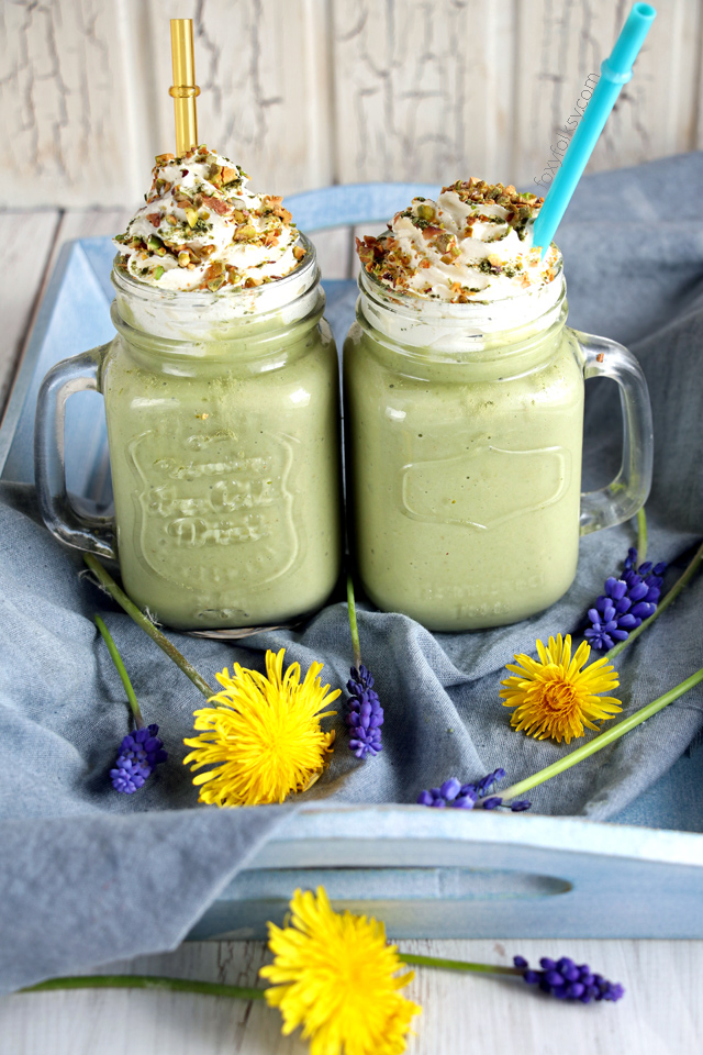 Try this refreshing avocado smoothie with a touch of matcha and salted pistachio sprinkles! | www.foxyfolksy.com