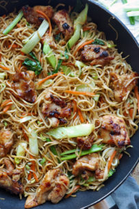 Try This All-in-one Dish, Chicken Chow Mein! Deliciously Flavorful And So Easy To Make! | Www.foxyfolksy.com