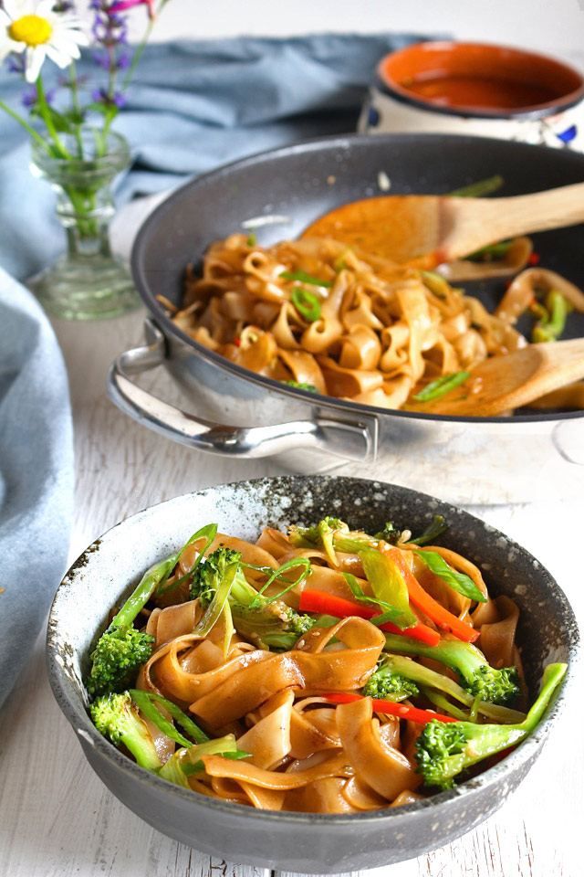Try this no-meat quick and easy stir fry Chow Fun! You will definitely love how simple yet flavorful it is! | www.foxyfolksy.com