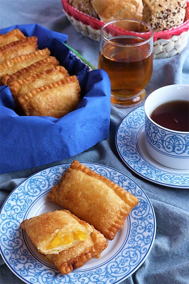 Try this easy recipe for these yummy Peach Mango Pocket Pies! | www.foxyfolksy.com