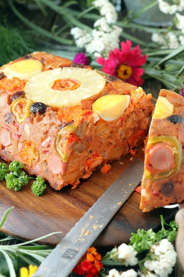 Hardinera meatloaf sliced with a knife.